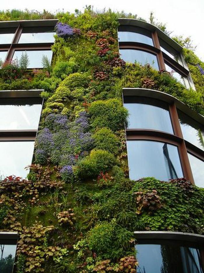 décoration-avec-pelouse-synthétique-mur-de-gazon-artificiel-maison-extérieur