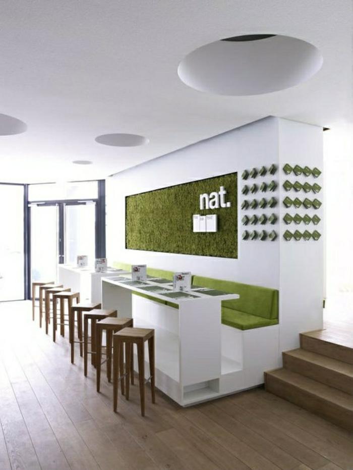 décoration-murale-avec-faux-gazon-pour-les-murs-blancs-chaises-de-bar-en-bois