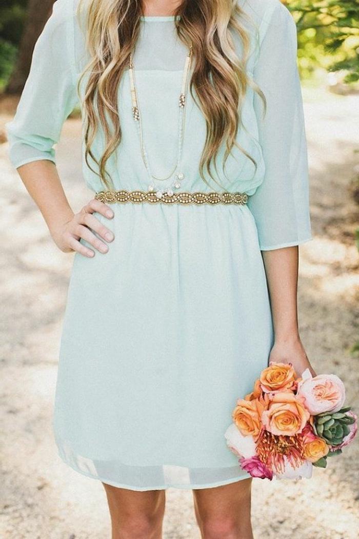 demoiselle-d-honneur-avec-une-jolie-robe-bleue-marine-fleurs-fille-blonde