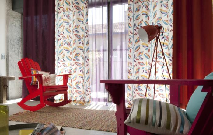 double-rideau-pas-cher-design-ikea-de-couleur-rouge-tapis-coloré-chaises-lampe-de-salon-rouge
