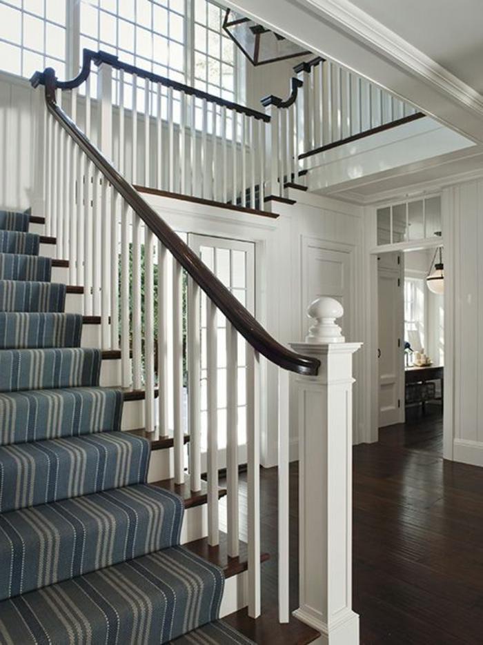 escalier-de-style-traditionnel-en-bois-tapis-pour-escalier-tapis-escalier-bleu-sol-en-parquette-massif