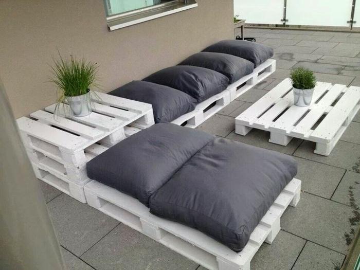 Le fauteuil en palette est le favori incontest pour la saison for Fabrication de table de jardin en palette