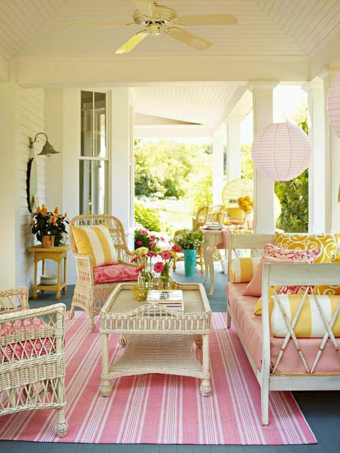 fauteuil-rotin-tapis-rose-table-en-rotin-meubles-en-rotin-chaise-bistrot-table-basse-en-bois