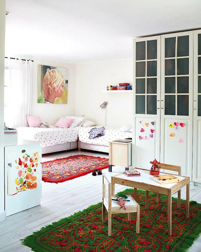 feng-shui-chambre-d-enfant-tapis-vert-roge-sol-en-parquet-blanc-tapis-coloré
