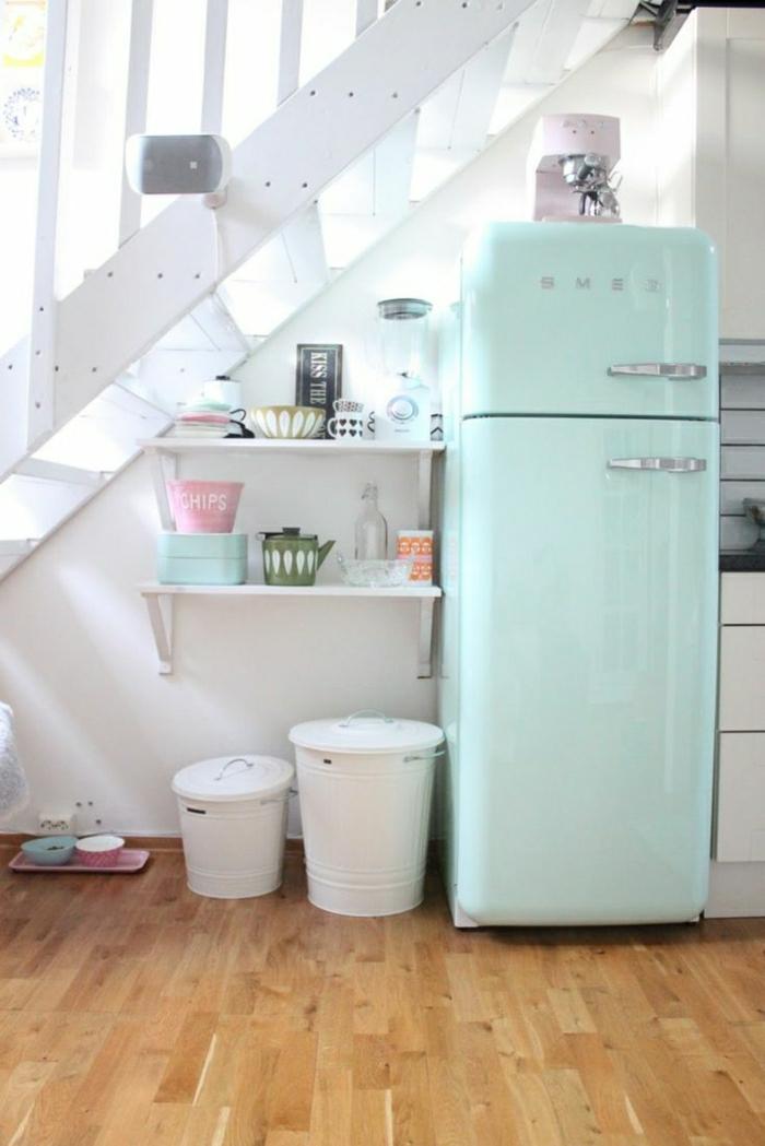 frigo-de-couleur-pastel-bleu-pale-dessin-pastel-cuisine-moderne-sol-en-parquet