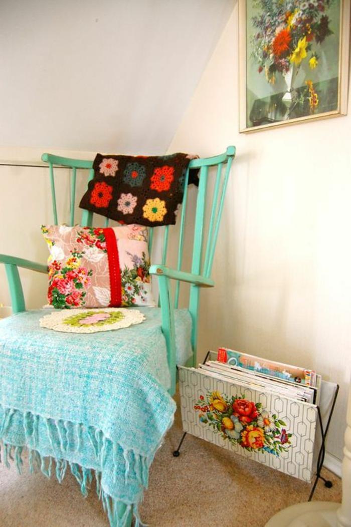 galette-de-chaise-déhoussable-coloré-idée-originale-galettes-de-chaise-ikea-chaise-en-bois-bleu