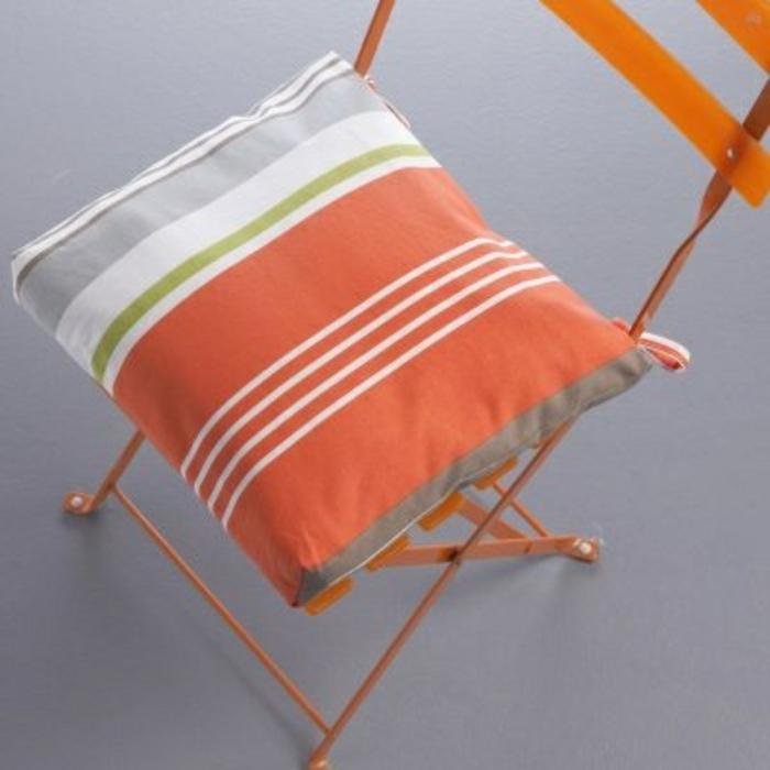 galette-de-chaise-déhoussable-design-original-chaise-en-fer-orange-idée-originali-choisir-une-galette-de-chaise