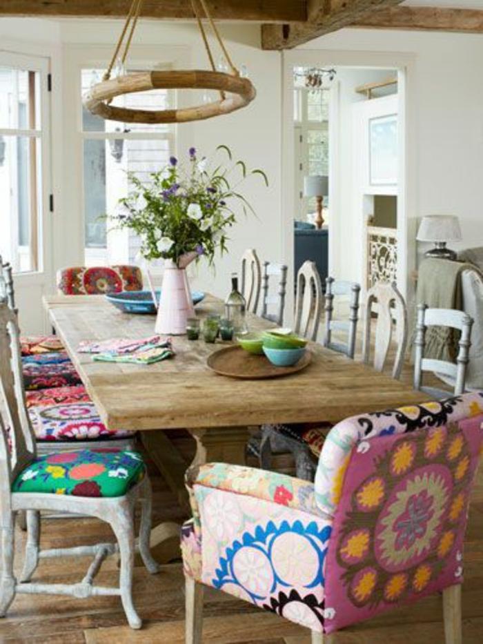 galette-de-chaise-pas-cher-colorée-une-grande-table-en-bois-massif-pour-la-cuisine