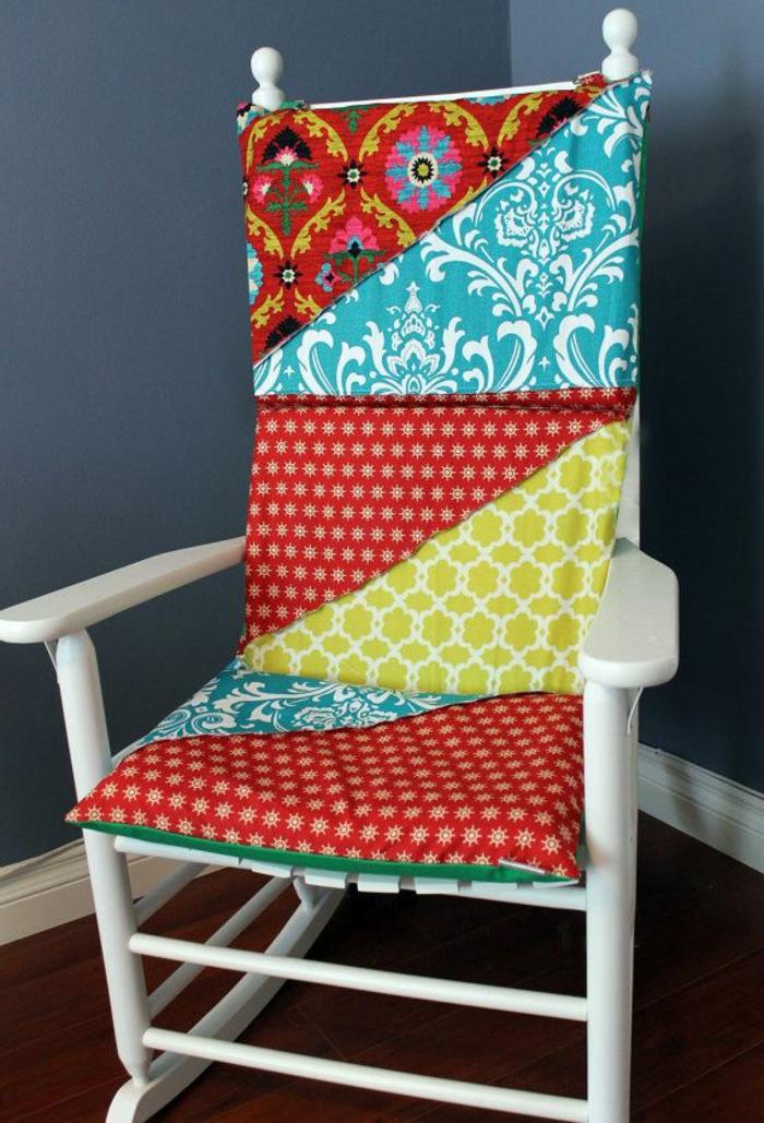 galettes-de-chaise-ikea-colorée-pour-une-chaise-bercante-en-bois-blanc