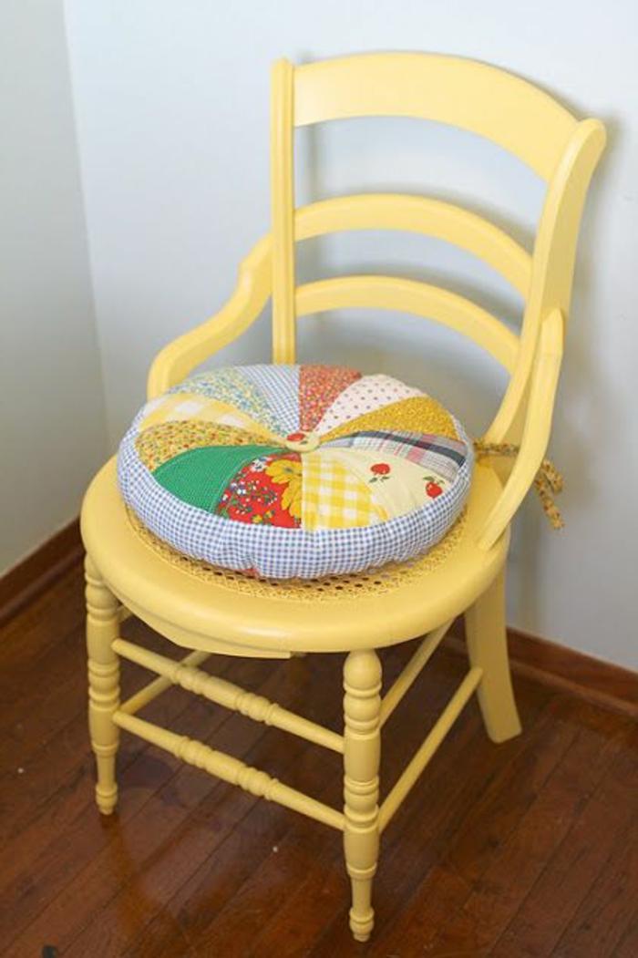 galettes-de-chaises-rondes-chaise-en-bois-de-couleur-jaune-chaise-de-cuisine