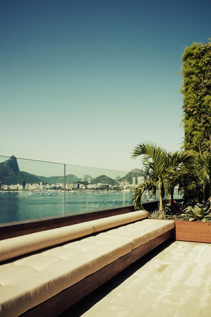 garde-corps-extérieur-une-balustrade-moderne-tout-verre-terrasse-élégante