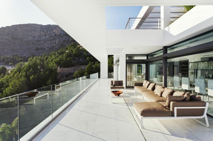 garde-corps-extérieur-une-grande-terrasse-contemporaine-avec-garde-corps-transparent