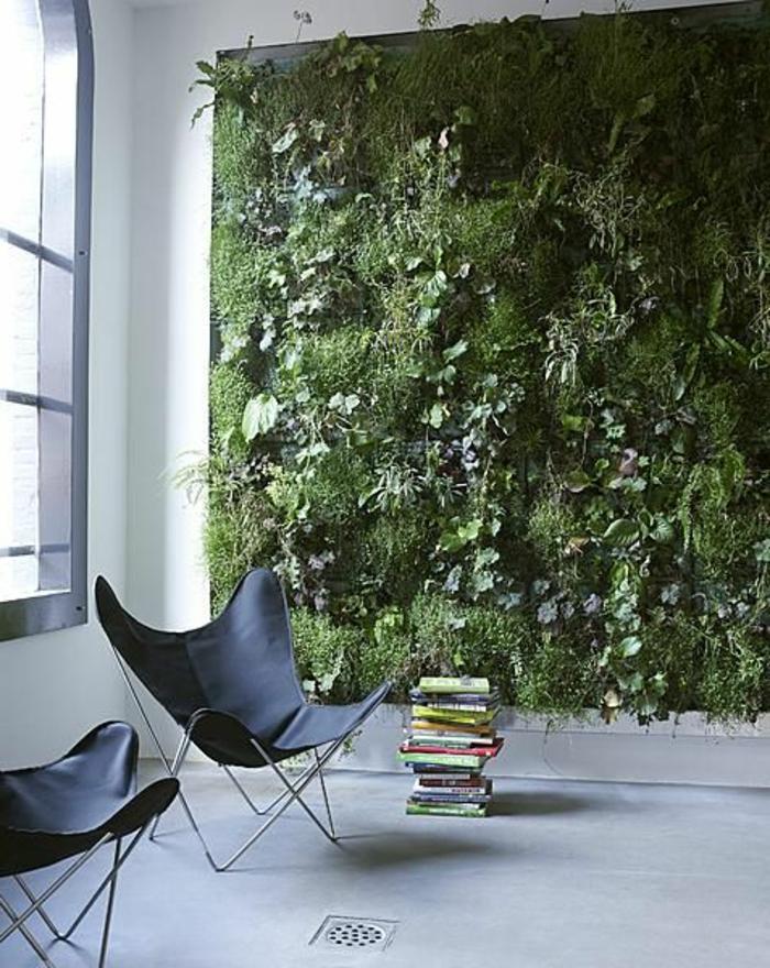 gazon-synthétique-salon-avec-mur-de-faux-gazon-sol-en-lino-gris-chaise-noire