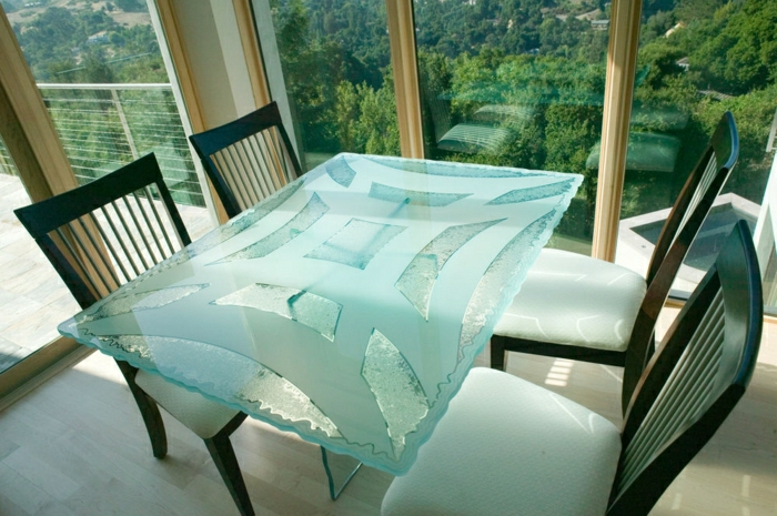 grande-table-rectangulaire-plateau-de-table-en-verre-grande-fenetre-sol-en-parquet-clair