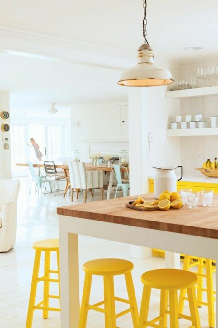 idée-couleur-cuisine-jaune-blanche-chaises-de-bar-jaunes-cuisine-coouleur-blanche