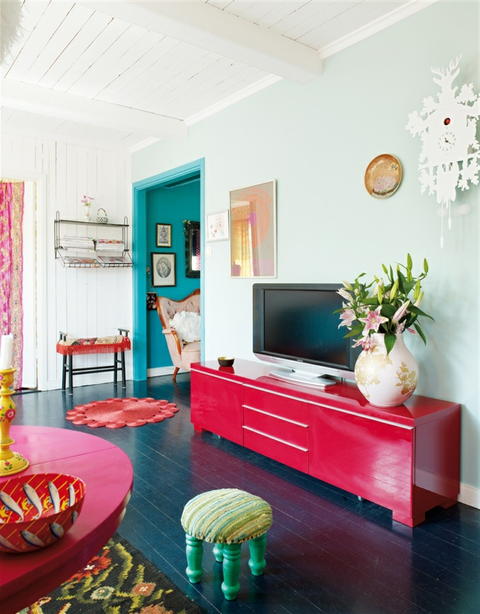 idée-déco-salle-à-manger-décoration-salon-coloré-vase-fleurs-télé