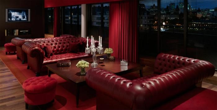 intérieur-de-luxe-canapé-avec-rideaux-longs-de-couleur-carmin-rouge-pourpre