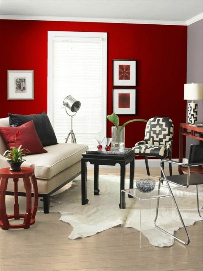 intérieur-moderne-mur-rouge-couleur-carmin-tapis-peau-d-animal-sol-en-parquet