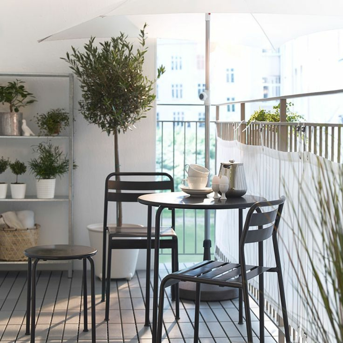 joli-balcon-avec-parasol-déporté-de-couleur-blanc-table-chaises-de-terrasse