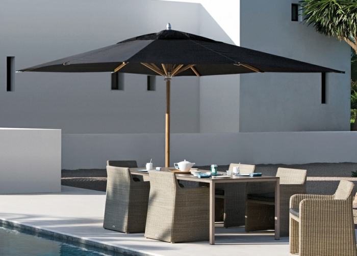 joli-parasol-de-jardin-parasol-rectangulaire-de-couleur-blanc-piscine-devant-la-maison