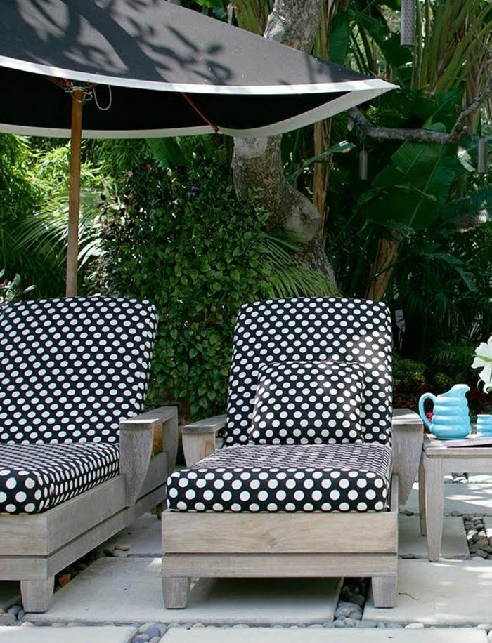 joli-parasol-de-jardin-parasol-rectangulaire-de-couleur-noir-pour-le-piscine-devant-la-maison