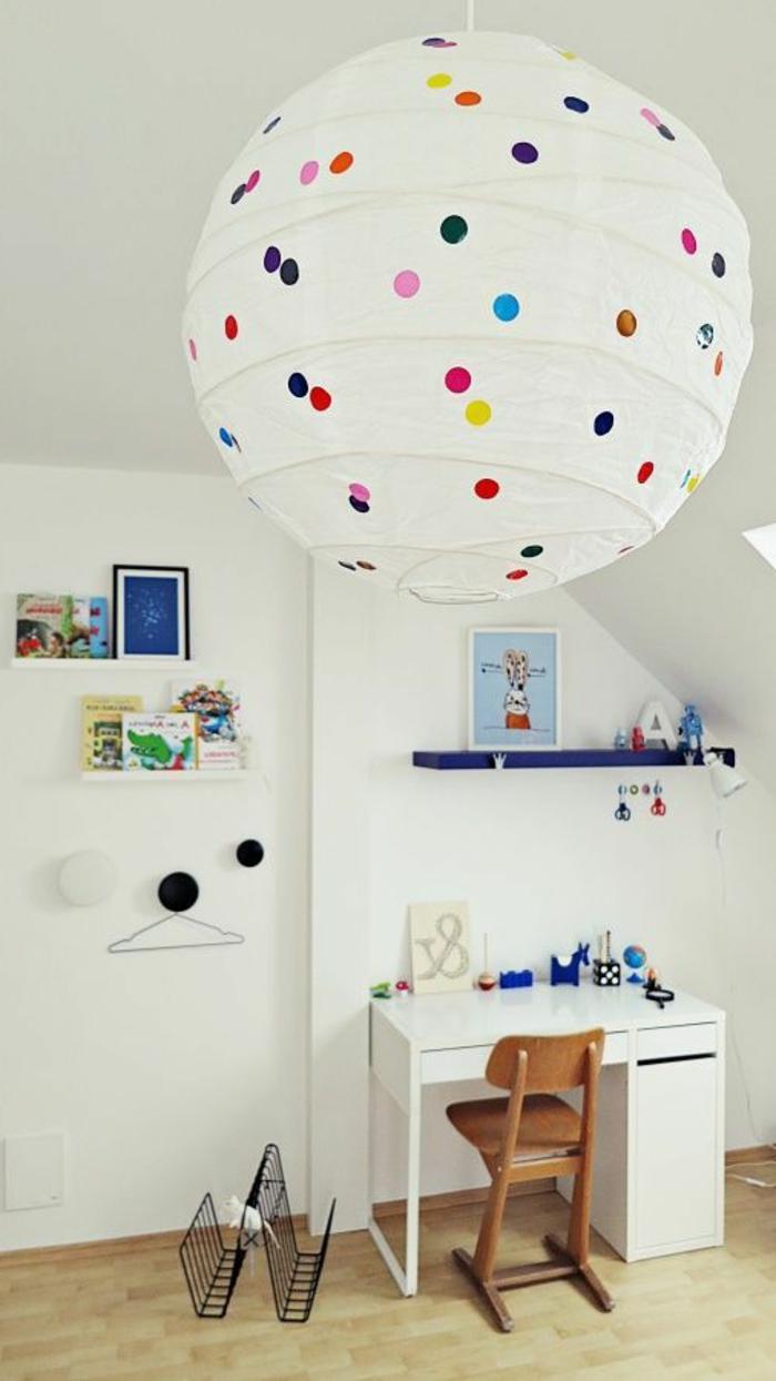 jolie-boule-chinoise-lampion-moderne-chambre-d-enfant-moderne-mur-blanc-bureau-en-bois-blanc