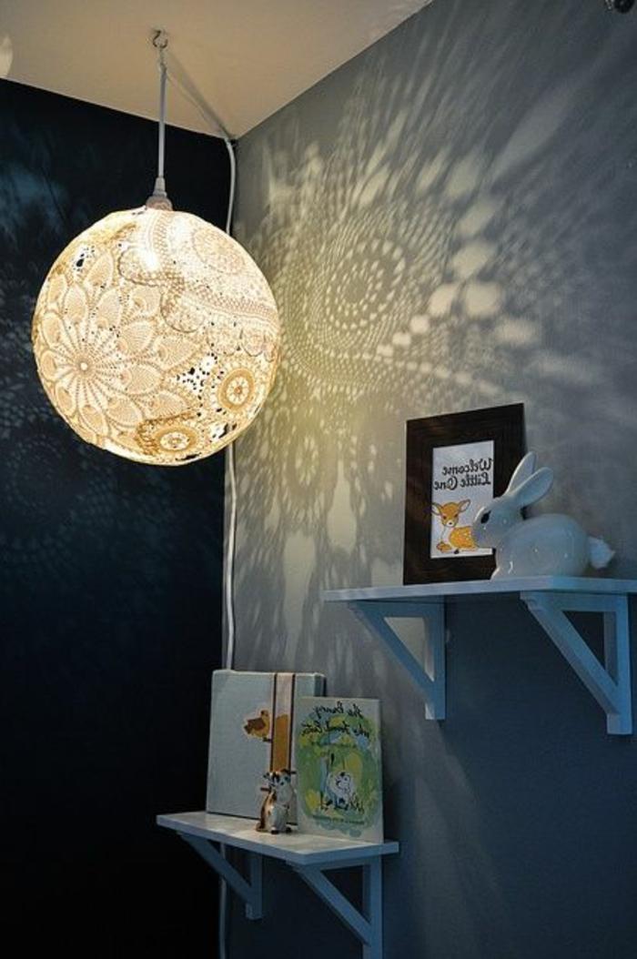 jolie-boule-chinoise-lampion-moderne-chambre-d-enfant-moderne-mur-gris-etagere-murale