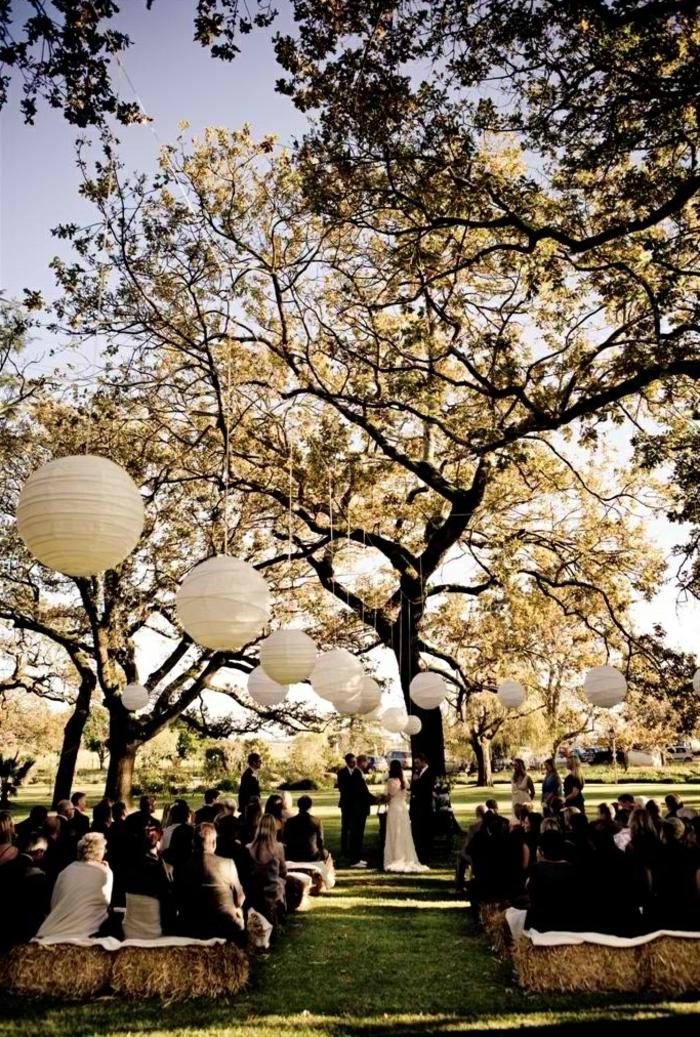 jolie-decoration-avec-boules-chinoises-lanterne-papier-blanche