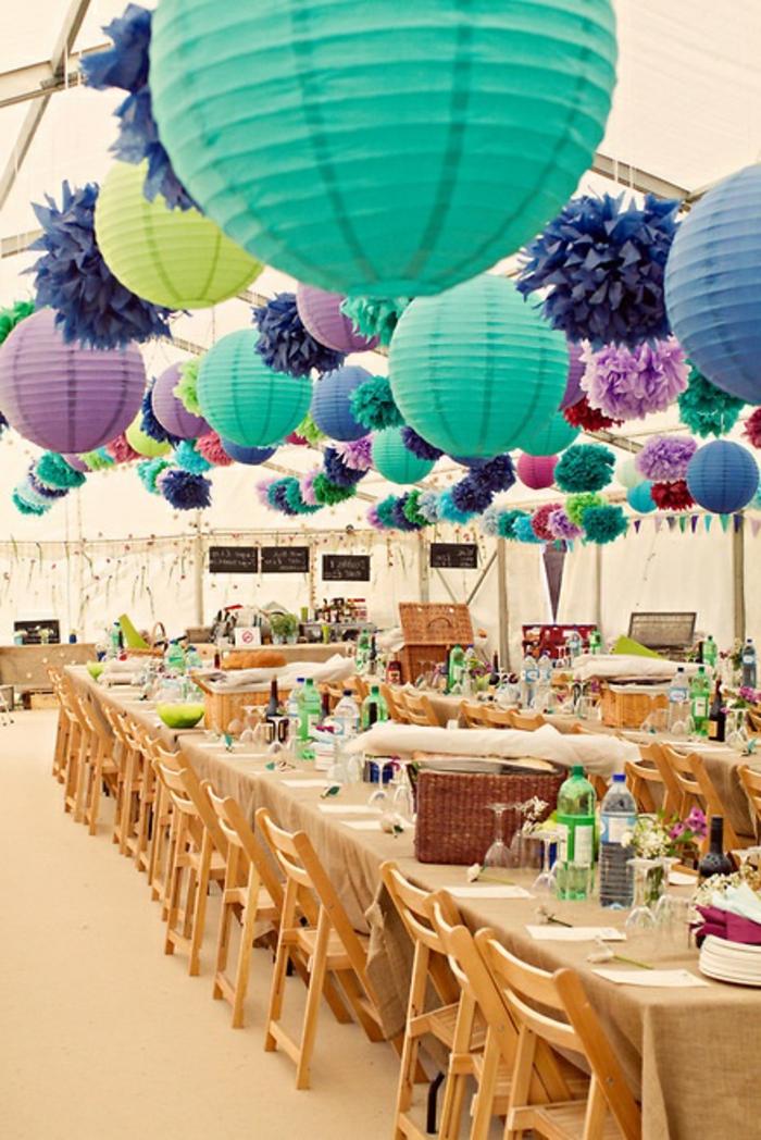jolie-decoration-avec-boules-chinoises-lanterne-papier-colorée-boules-en-papier-chaises-de-table