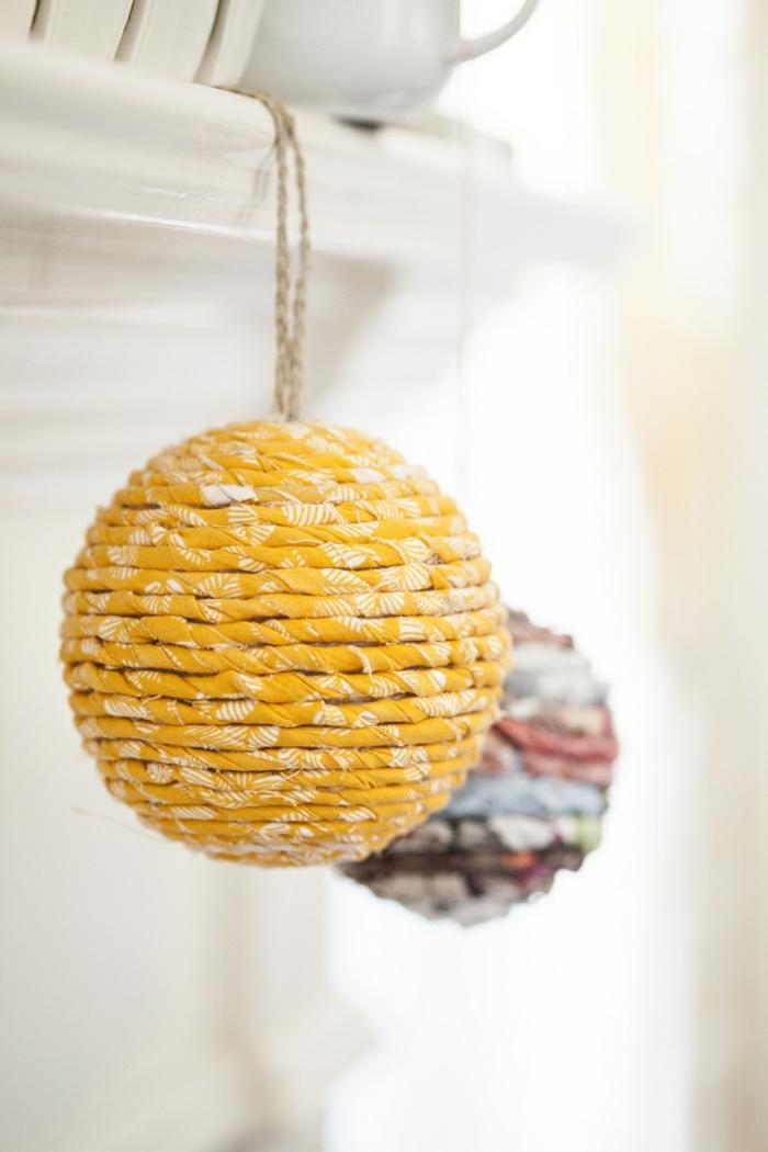 jolie-decoration-avec-boules-chinoises-lanterne-papier-colorée-boules-en-papier-jaune-coloré