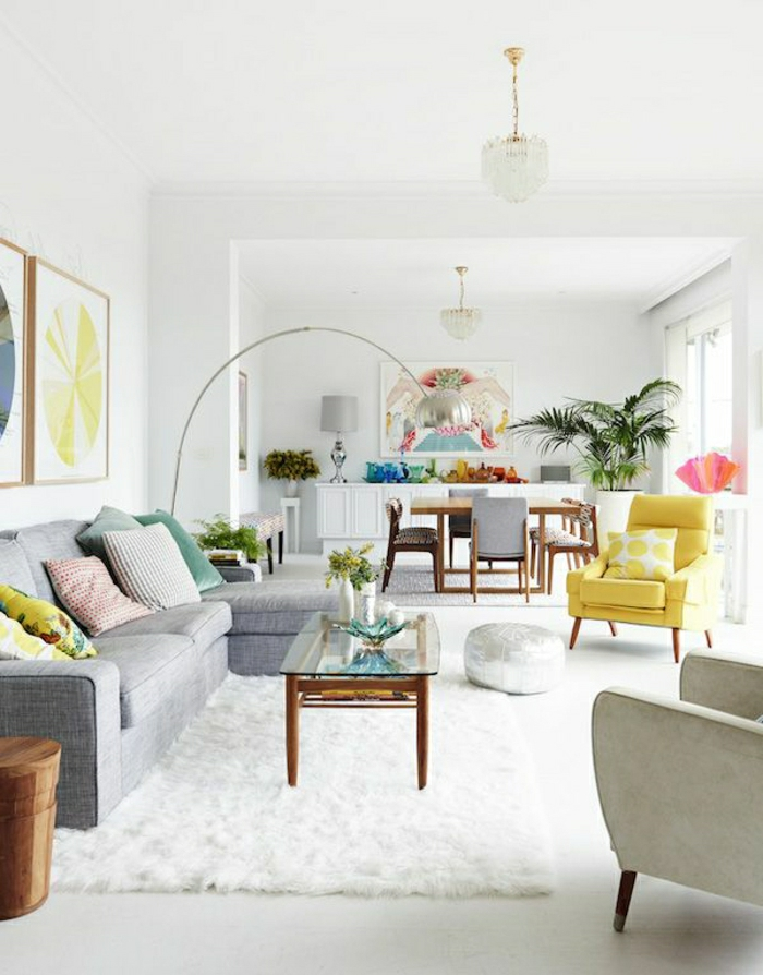 jolie-petite-table-basse-en-verre-pour-le-salon-tapis-blanc-murs-blancs-coussins-colorés