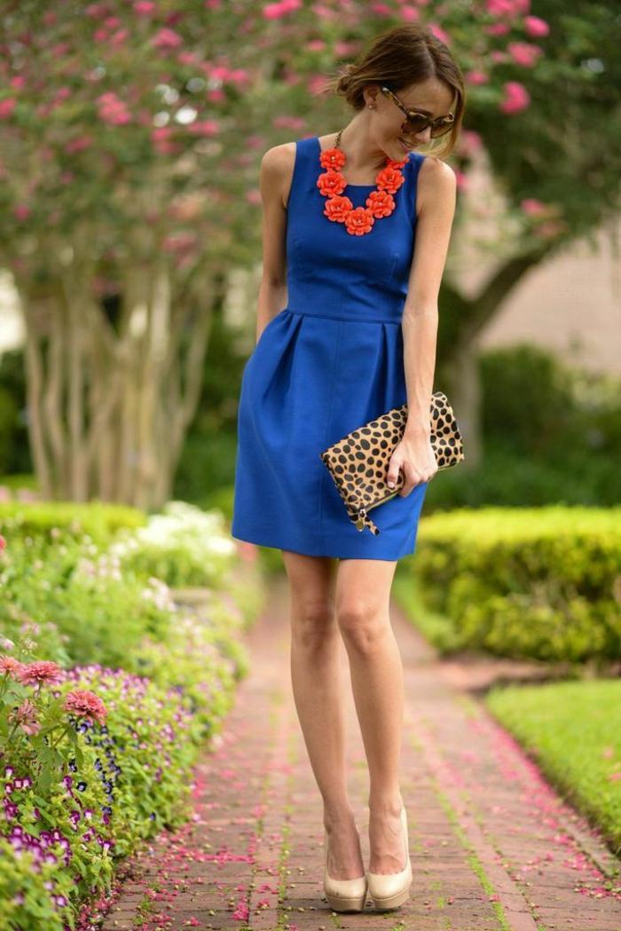 jolie-robe-bleue-marine-fille-brunette-lunette-de-soleil-noir-femme-marche-sur-la-rue