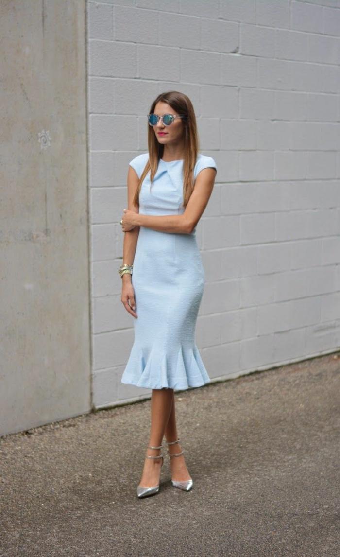 jolie-robe-bleue-marine-fille-brunette-lunette-de-soleil-reflétant-cheveux-mi-longues