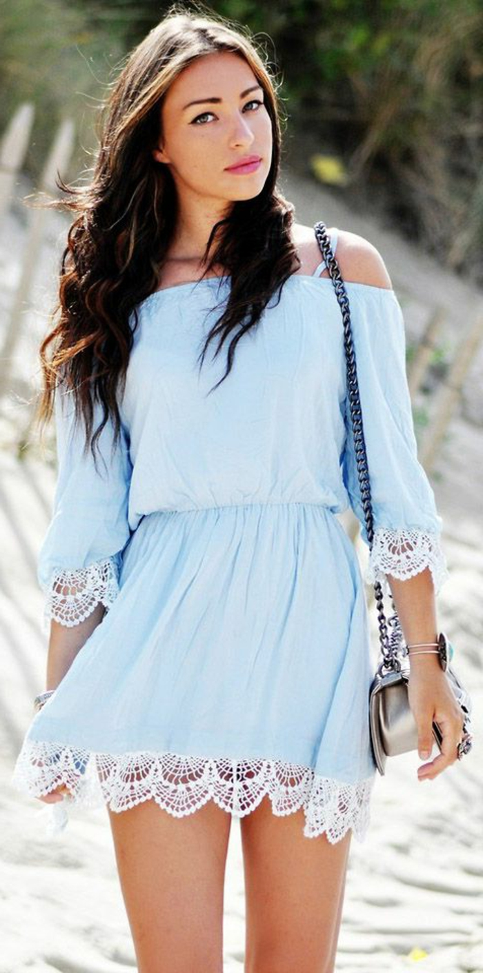 jolie-robe-bleue-marine-fille-brunette-marche-sur-la-plage