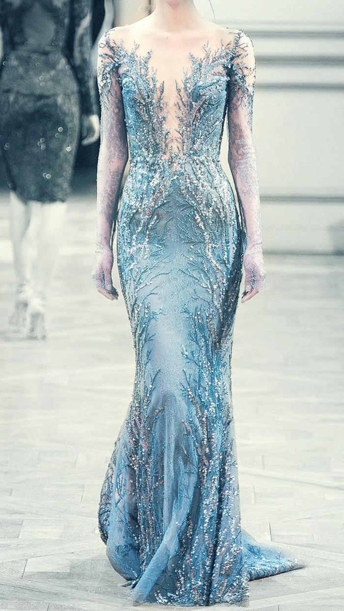 jolie-robe-bleue-marine-fille-modele-defiler-robe-longue-de-soirée