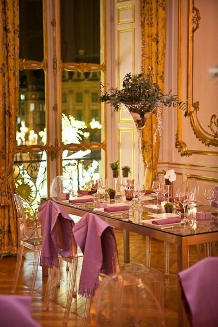 jolie-table-avec-un-plateau-de-table-en-verre-intérieur-de-luxe-chaises-transparentes