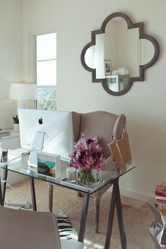 jolie-table-avec-un-plateau-de-table-en-verre-mur-beige-miroir-mural-mur-beige-fauteuil-marron