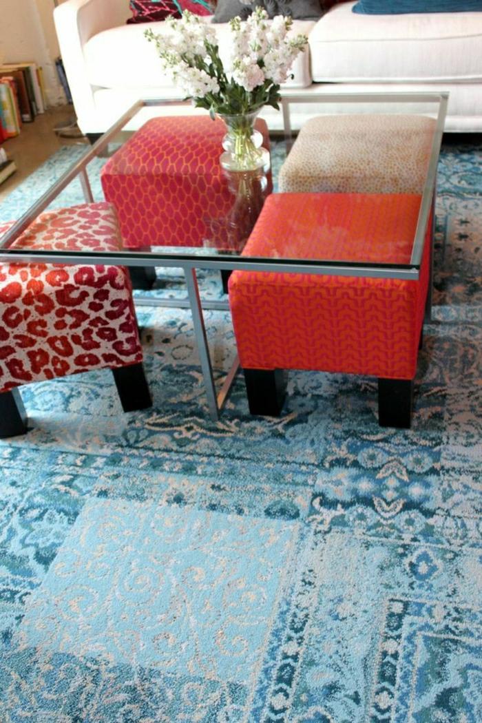 jolie-table-avec-un-plateau-de-table-en-verre-tapis-bleu-salon-moderne