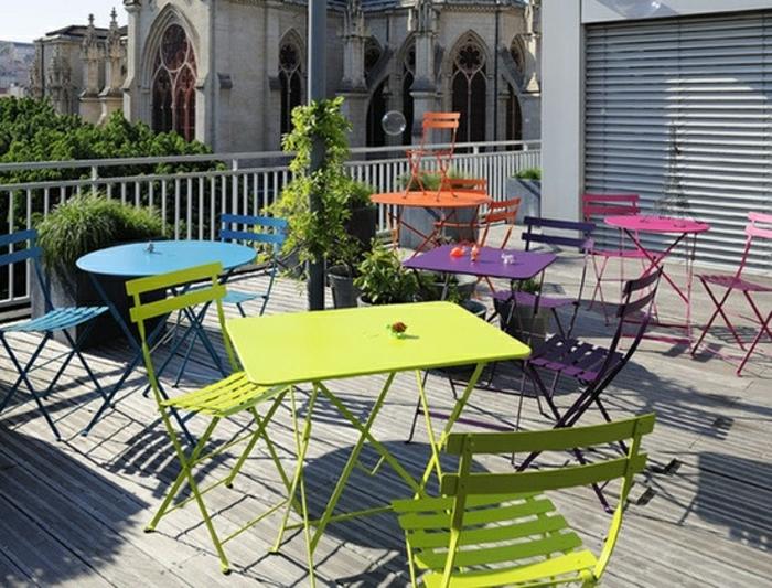 jolies-tables-pliantes-pour-la-terrasses-avec-belle-vue-magnifique-table-en-fer-coloré