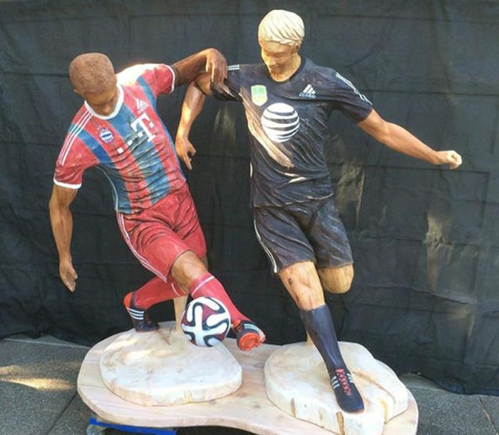 la-tronçonneuse-sculpture-sur-bois-carving-by-Bob-King-jouer-au-footbol