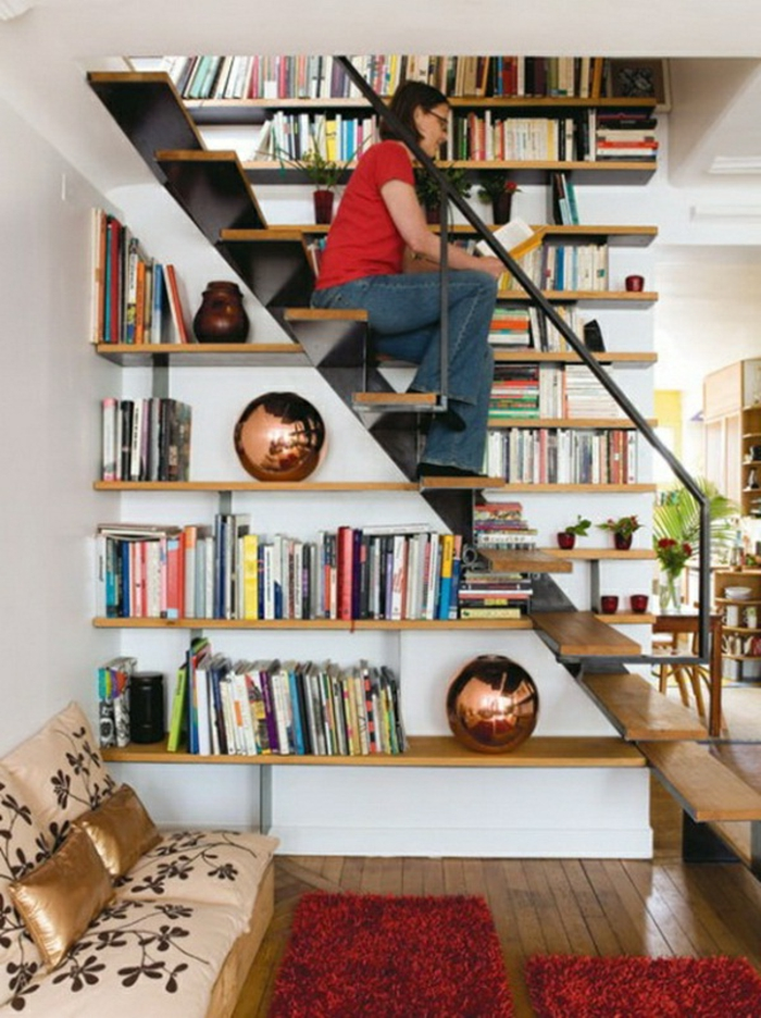 le-meuble-escalier-etagere-escalier-aménagement-sous-escalier-femme-lire-bibliothèque-sous-escalier