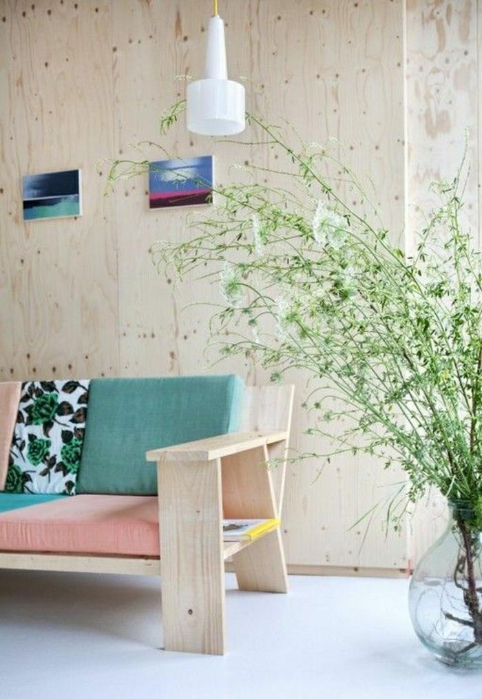 les-couleurs-pastels-pour-le-salon-moderne-un-canapé-de-couleur-pastel-mur-beige-plantes-vertes