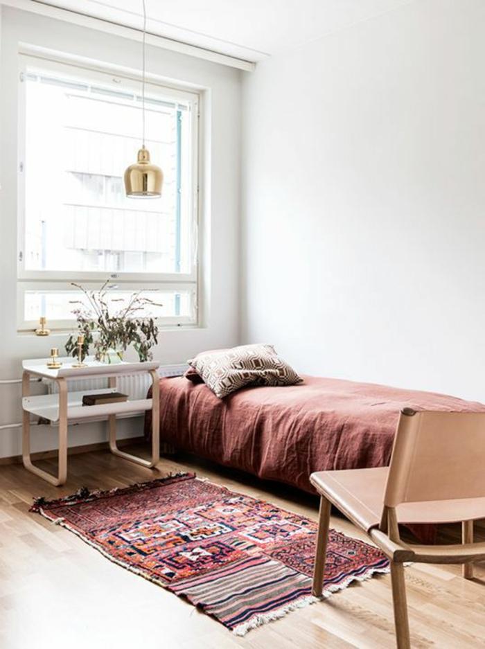 linge-de-lit-en-lin-carpette-ethnique-et-chaise-rose-pâle