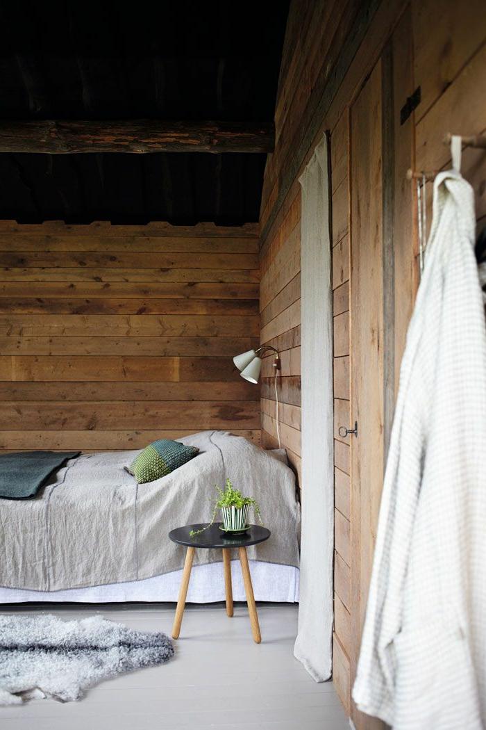 linge-de-lit-en-lin-décor-bois-et-petite-table-à-trois-pieds