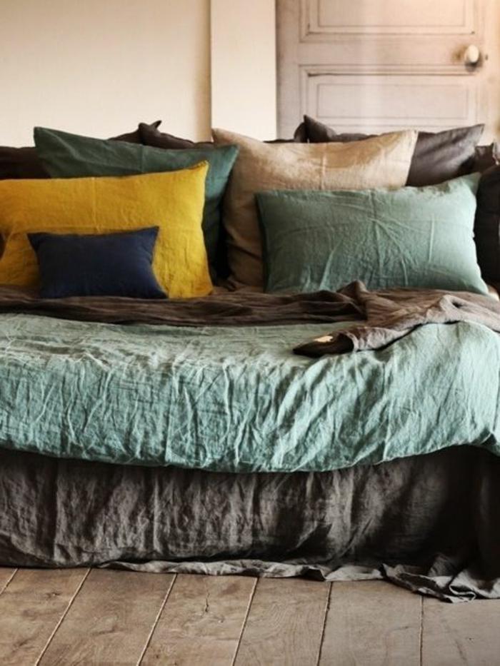 linge-de-lit-en-lin-jolies-étoffes-naturelles-et-sol-bois