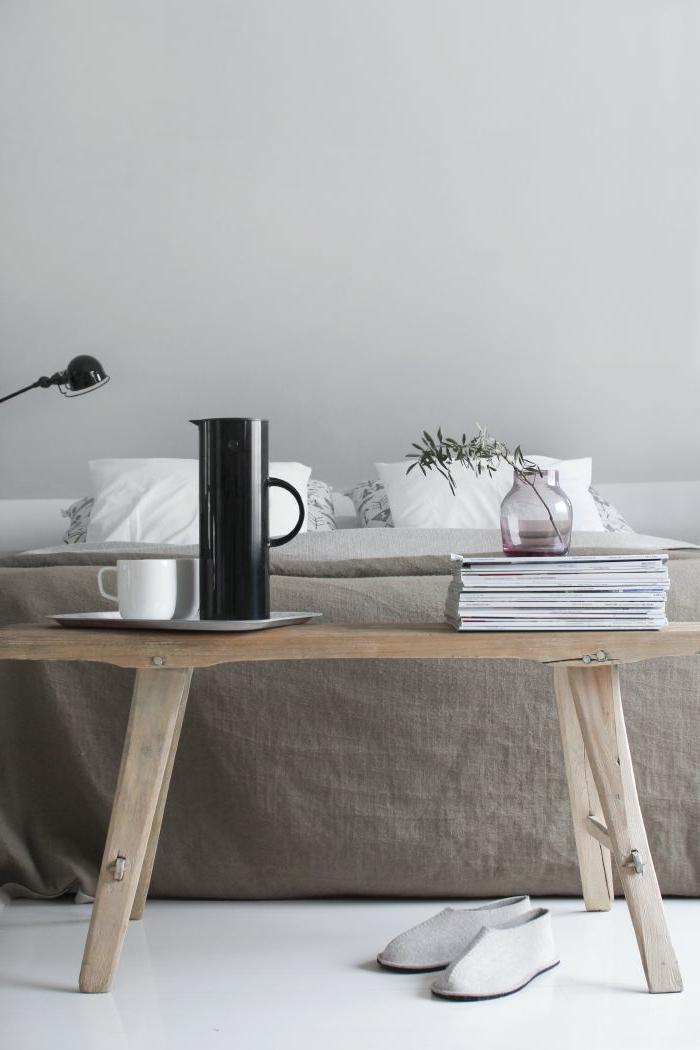 linge-de-lit-en-lin-petite-table-en-bois-rustique