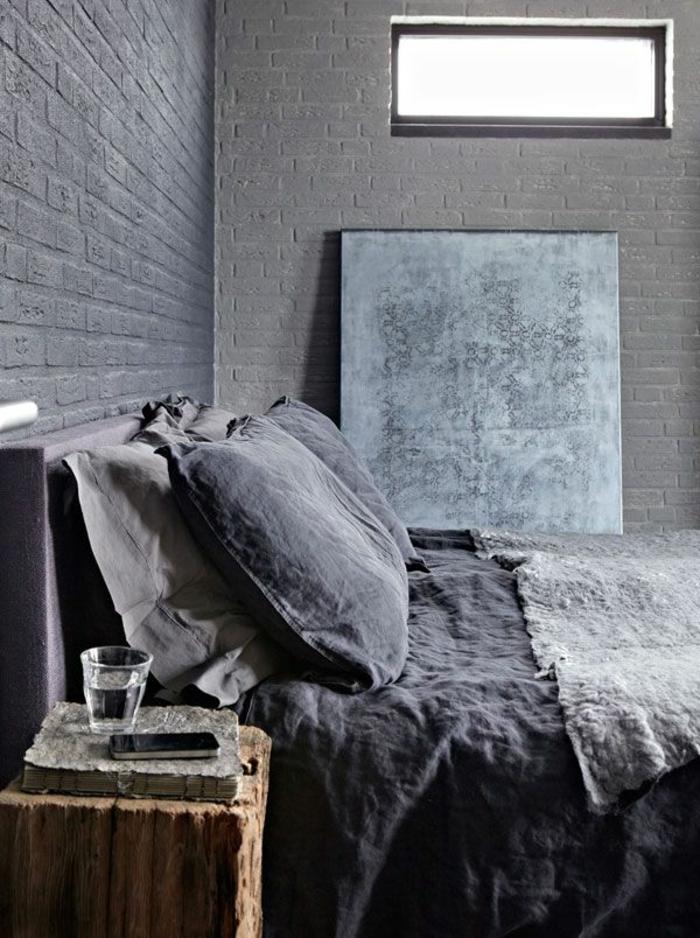linge-de-lit-en-lin-table-de-chevet-en-bois-brut-mur-en-briques