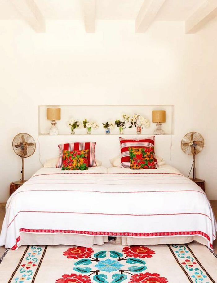 lit-coussins-de-couleur-carmin-tapis-coloré-mur-blanc-décoration-murale