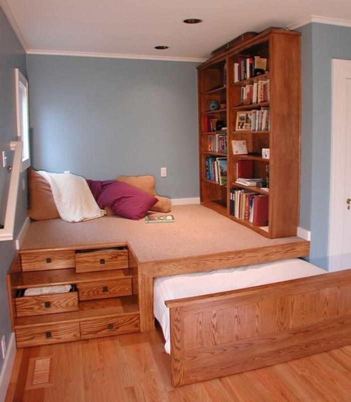 lit-d-appoint-enfant-chambre-bébé-meubles-en-bois-murs-bleus-coussins-chambre-d-enfant