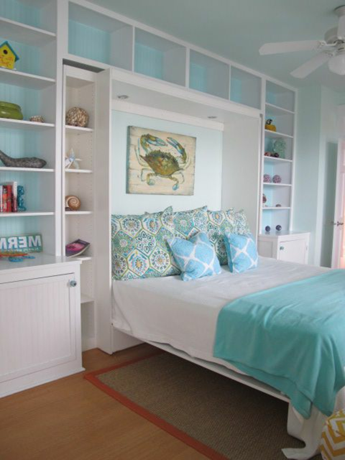 lit-d-appoint-enfant-chambre-meubles-en-bois-murs-bleus-coussins-chambre-d-enfant